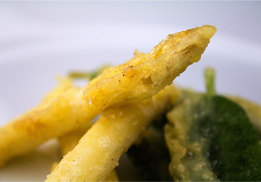 Tempura di asparagi bianchi in salsa piccante