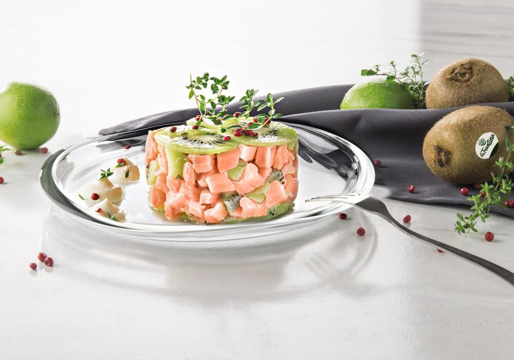 Tartare di salmone e kiwi con pepe rosa: l'appetito vien guardando