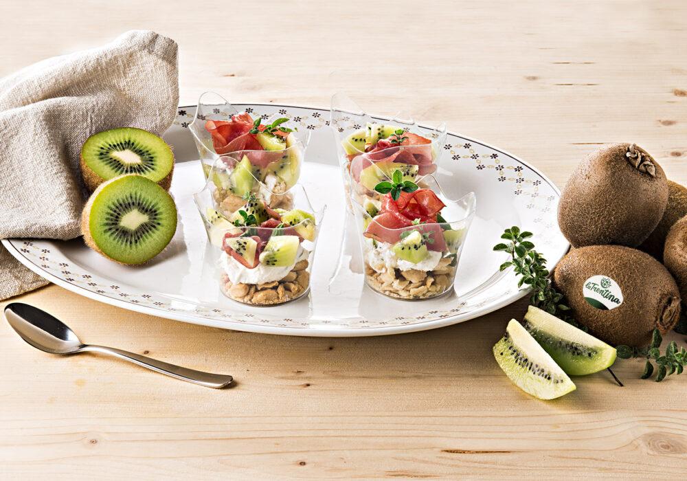 Antipasto in bicchierini con crema di formaggio, kiwi e carne salada